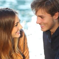 bespreken de voors en tegens van online dating